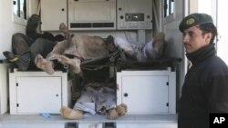29일 아프가니스탄 동부 칼라이카지에서 아프간군과 나토군의 기습 작전으로 사망한 사람들의 시신. 아프간군은 은신해 있던 탈레반 분자 4명이 사망했다고 밝혔다.