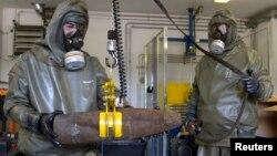 화학무기 제거 시범을 보이고 있는 독일의 전문기관 관계자들. (자료사진)