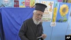 Atina'da oyunu kullanan bir ortodoks papaz