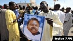 """Manifestation de """"thiantacounes"""", fidèles de Cheikh Bethio Thioune, qui demandent sa libération aux abords de la prison de Dakar le 19 octobre 2012."""