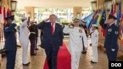 Tổng thống Donald Trump và Đô đốc Harry Harris duyệt toán quân danh dự tại trụ sở Bộ Tư lệnh Thái Bình Dương ở Hoholulu ngày 3/11/2017 trước khi đi thăm 5 nước châu Á.