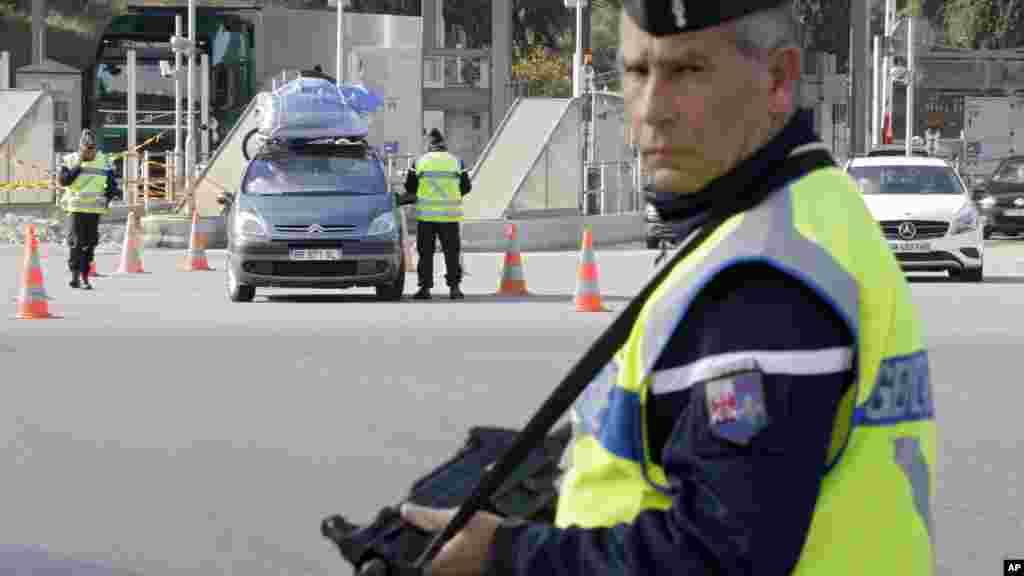 پلیس فرانسه در مرز ایتالیا اتومبیل های عبوری را کنترل می کند