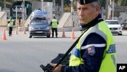 Un policier français à la frontière italienne, le 14 novembre 2015. (AP Photo/Lionel Cironneau)