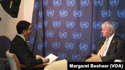 Hervé Ladsous répondant aux questions de Jacques Aristide, vendredi 8 janvier 2016 au siège des Nations unies à New York. (Crédit photo: Margaret Besheer/VOA)
