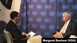 Le patron des opérations de maintien de la paix de l'ONU Hervé Ladsous avec Jacques Aristide de VOA Afrique.