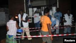 ປະຊາຊົນລຽນແຖວກັນ ຖ້າເອົາເຄື່ອງມື ຢາສີດຂ້າເຊື້ອໂຣກ ຈາກກຸ່ມ ນາຍແພດບໍ່ມີພົມແດນ ຫລື Doctors Without Borders ເພື່ອປ້ອງກັນອີໂບລາ ໃນນະຄອນຫລວງ Monrovia, ປະເທດ Liberia, ວັນທີ 20 ຕຸລາ 2014.