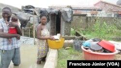 Família afectada pela tempestade, cidade da Beira, Moçambique