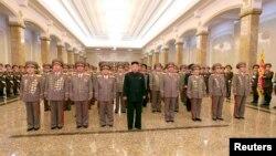 북한의 김정은 국방위 제1위원장이 지난 2월 김일성 국가주석의 72번째 생일을 맞아 금수산 태양궁전을 참배했다고, 조선중앙통신이 보도했다.