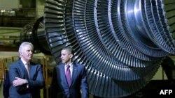 """Predsednik SAD i izvršni direktor kompanije """"Dženeral Elektrik"""", tokom obilaska jedne od fabrika u državi Njujork"""