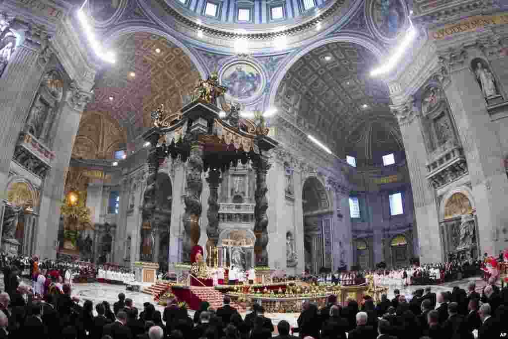 Ватикан. Собор святого Петра. Праздничная новогодняя месса