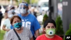 戴口罩的邁阿密民眾走在街頭(2020年6月26日)