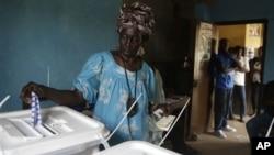 총선 투표를위해 투표장을 찾은 유권자들
