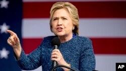 Hillary Clinton, discursando ontem em Cedar Rapids, Iowa.