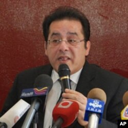 Opposition leader Ayman Nour speaks to reporters at a press conference in Cairo, Egypt (file)