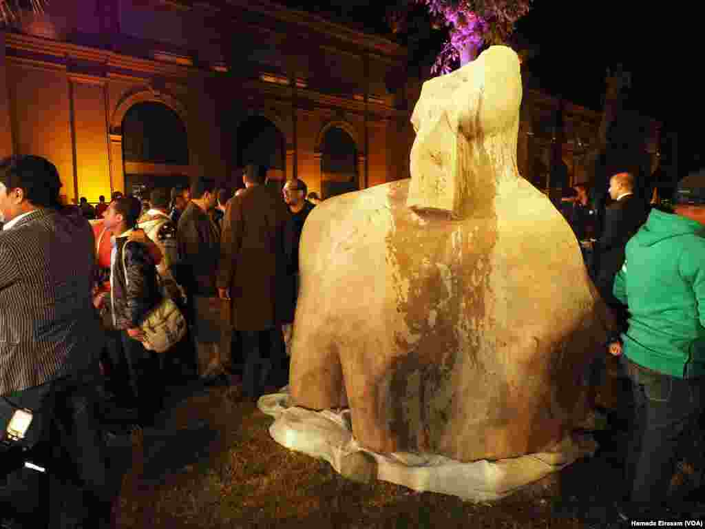 The colossus discovered recently in Matarya almost certainly depicts Psamtek I, who ruled Egypt between 664 and 610 B.C., on display in the garden of the Egyptian Museum in Cairo, March 16, 2017. (H. Elrasam/VOA)
