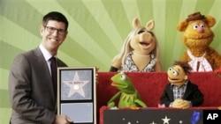 Direktur Walt Disney Studios, Rich Ross, bersama para karakter dari 'The Muppets' termasuk Miss Piggy (tengah atas) dan Kermit (tengah bawah).