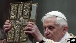 教皇本笃十六世周六在梵蒂冈举行的复活节烛光礼弥撒中