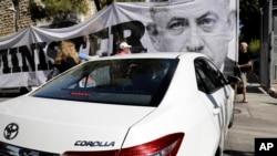 همزمان با ورود پلیس به منزل بنیامین نتانیاهو برای بازجویی، عده ای با در دست داشتن پلاکارد و سر دادن شعار، خواستار عدالت شدند.