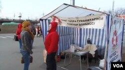 烏克蘭和俄羅斯之間將支持誰挑戰中國外交。莫斯科地鐵站旁為烏克蘭東部居民募捐的攤點
