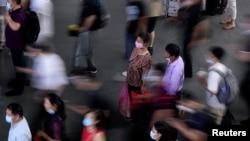 中国江苏省苏州火车站内戴着口罩的旅客 (2020年7月7日)