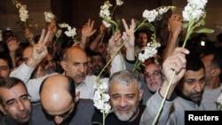 9일 시리아 반군으로부터 석방된 이란인들이 다마스쿠스의 한 호텔에 도착해 환호하고 있다.