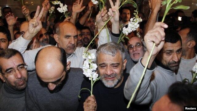 48 người Iran được phe nổi dậy Syria trả tự do tại một khách sạn ở Damascus, ngày 9/1/2013.