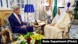 លោក John Kerry រដ្ឋមន្រ្តីការបរទេសរបស់អាមេរិកនិយាយជាមួយព្រះអង្គ Salman របស់អារ៉ាប៊ីសាអូឌីត កាលពីថ្ងៃទី២៥ ខែសីហា ឆ្នាំ២០១៦។