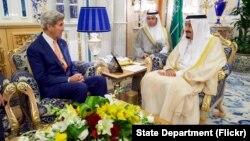 Ngoại trưởng Hoa Kỳ John Kerry nói chuyện với Vua Salman của A-rập Xê-út sau khi đến Jeddah, 25/8/2016.