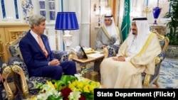 美国国务卿克里与沙特国王萨勒曼亲王会面