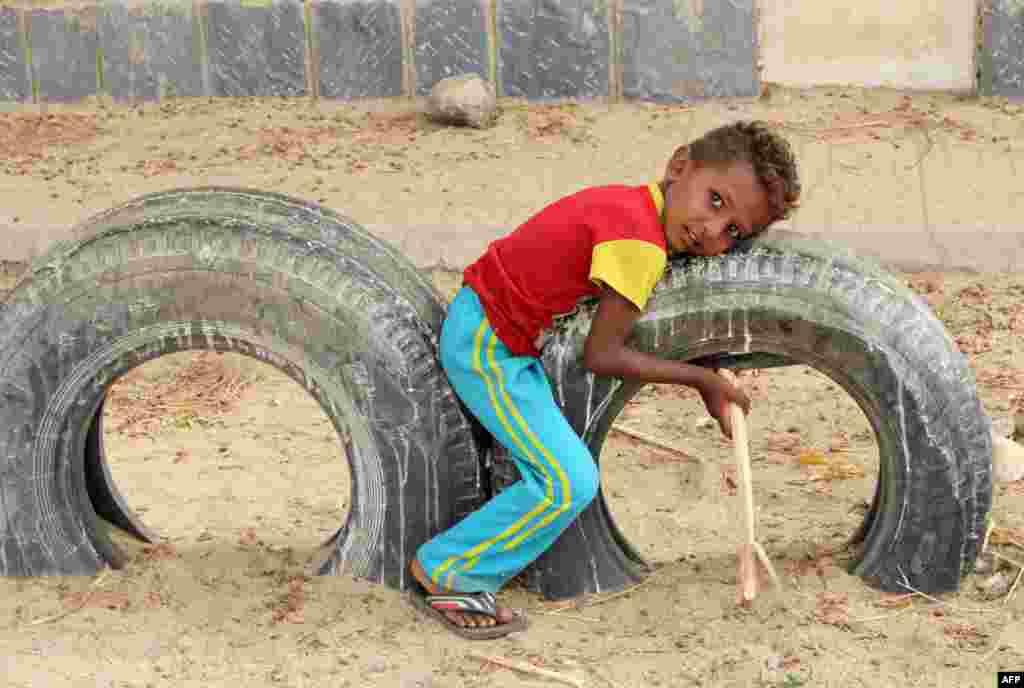 اسباب بازی کودک رانده شده یمنی، لاستیک های دسته دوم یک اتومبیل است.
