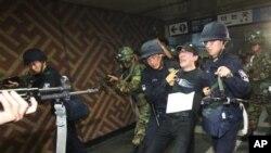 21일 서울 지하철 역에서 을지 연습 중인 한국군.