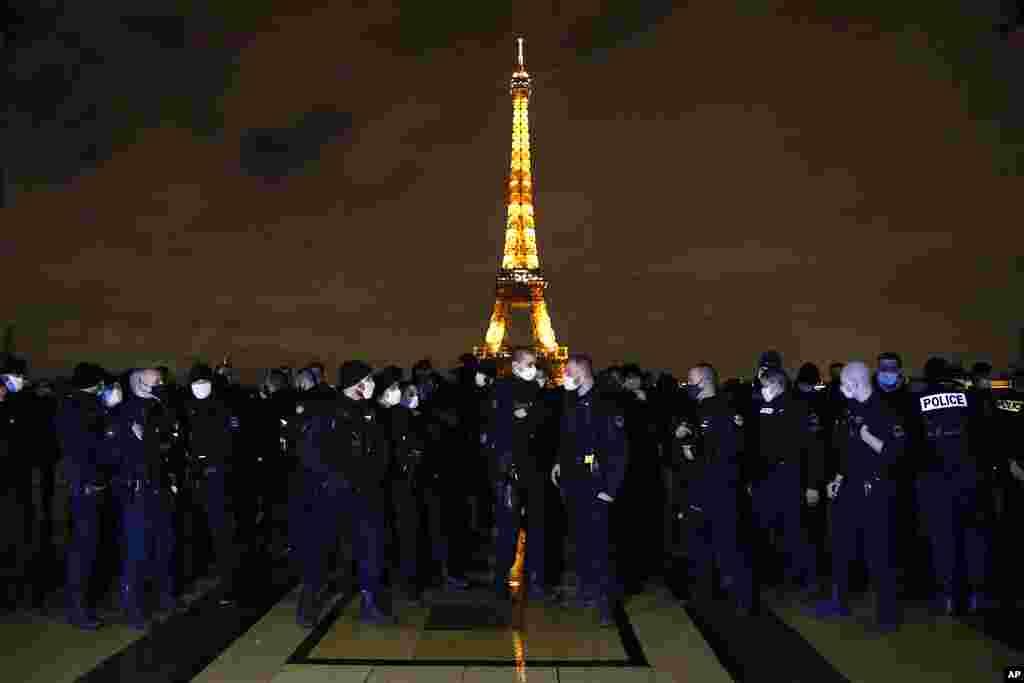 Fransada polis zabitləri iş şəratinə qarşı etiraz etmək məqsədilə Eyfel qülləsinin önündəki Trokadero meydanına toplaşıblar.