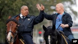 Michael Harrison (g) alors chef de la police de la Nouvelle-Orléans (Louisiane) en compagnie du maire de la ville Mitch Andrieu le 13 février 2018.