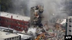 Nhân viên cứu hộ tìm cách dập tắt đám cháy tại một tòa nhà bị sập sau trận động đất mạnh ở miền trung Christchurch, New Zealand, ngày 22/2/2011