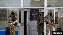 مردان مسلح روس گرا در برابر ساختمان اشغالی شورای شهر کوستیانتینیوکا پاس می دهند - ۲۸ آوریل
