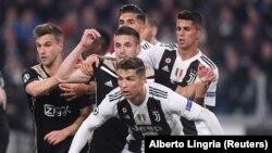 Des joueurs de la Juventus et ceux de l'Ajax Amsterdam lors d'un match Champions League, Italie, le 16 avril 2019