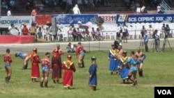 那达慕大会上的蒙古摔跤。(美国之音白桦拍摄)