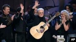 Superstar musik country George Jones (membawa gitar) menyanyikan lagu pada perayaan Ulang Tahun ke-75, 12 September 2006 (foto: dok).