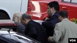 El caso de Alan Gross, detenido en Cuba, no es comparable al de los cinco espías cubanos aclaró el Departamento de Estado, que reclama la libertad del contratista estadounidense.