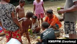 Anak-anak ikut mengungsi di Kampung Kisor. (Foto: Courtesy/KMSPPM)