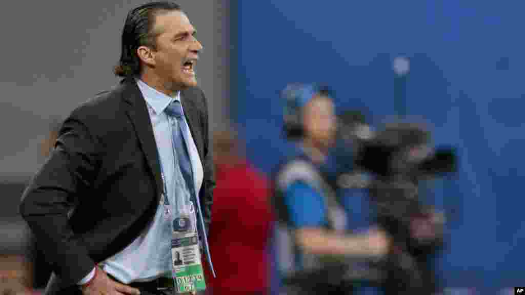 L'entraîneur du Chili, Juan Antonio Pizzi, lors du match, au stade de Saint-Pétersbourg, en Russie, le 2 juillet 2017.
