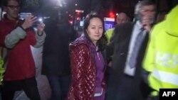 Bà Mạnh Vãn Châu rời khỏi tòa án ở Vancouver, Canada, hôm 11/12/2018