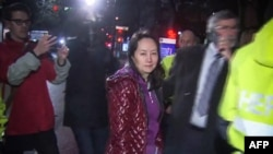 CTV向法新社提供的电视图像显示,华为技术公司首席财务官孟晚舟2018年12月11日在温哥华的不列颠哥伦比亚省高等法院举行的保释听证会后离开。