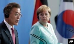 문재인 한국 대통령이 지난 7월 독일 베를린 연방총리실 청사에서 열린 한-독 정상 공동기자회견에서 발언하고 있다. 오른쪽은 앙겔라 메르켈 독일 총리.