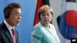 문재인 한국 대통령이 5일 독일 베를린 연방총리실 청사에서 열린 한-독 정상 공동기자회견에서 발언하고 있다. 오른쪽은 앙겔라 메르켈 독일 총리.