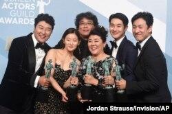 지난 4일 미국 로스앤젤레스에서 열린 제26회 미영화배우조합(SAG) 어워즈에서 한국 봉준호 감독(뒷줄 가운데)이 만든 영화 '기생충'이 최고상인 앙상블상을 받았다.