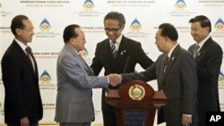ambodia's Foreign Minister Hor Namhong, second left, shakes hands with his Thai counterpart Kasit Piromya as Indonesian Foreign Minister Marty Natalegawa, center, Singapore Foreign Minister George Yeo, left, and Laos' Foreign Minister Thongloun Sisoulith
