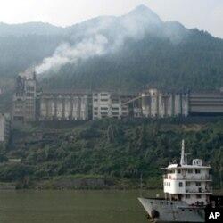 长江岸边的工厂