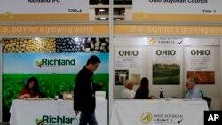 在上海举行的国际大豆展览上,参观者走过美国大豆公司的展台。