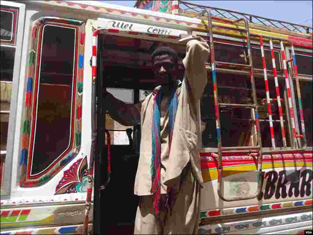 وحید عباس نامی بس ڈرائیور کا کہنا ہے رکشوں کی اتنی تعداد بڑھ گئی ہے کراچی کے روڈ پر اب رکشہ ہی رکشہ نظر آتے ہیں
